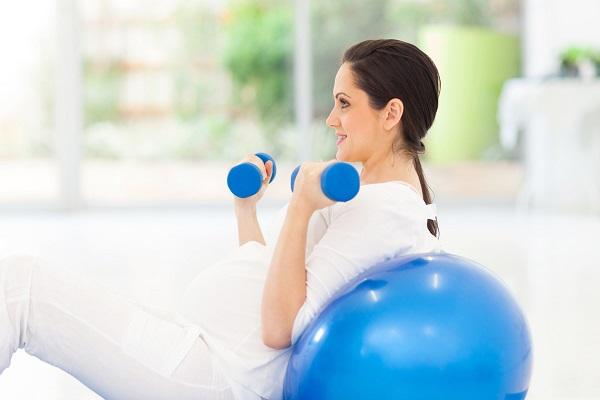 فعالیت ورزشی در دوران بارداری برای مادر و فرزند مفید است